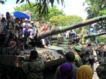 Masyarakat antusias menaiki tank